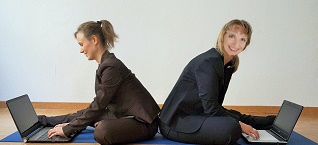 Yoga Business mit Laptops